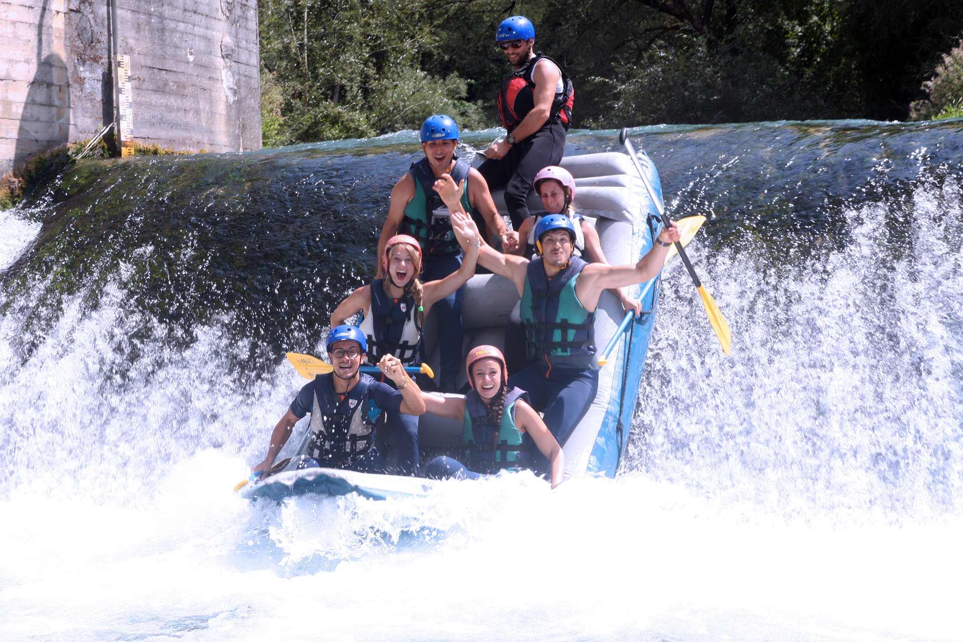 gruppo di colleghi durante l'attività di rafting